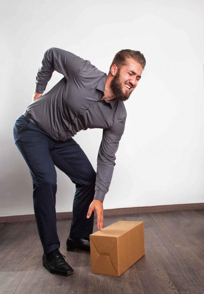 Mann erleidet Bandscheibenvorfall beim Aufheben Päckchen