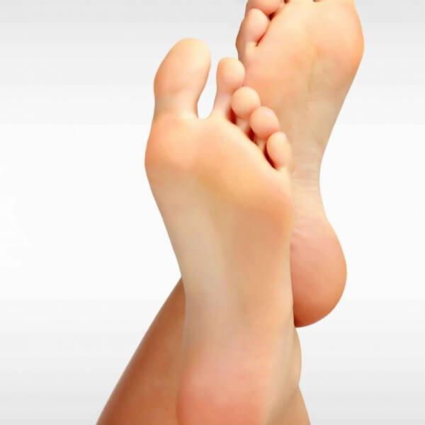 Rückansicht übereinander geschlagene Füße Orthopädie Rosenheim