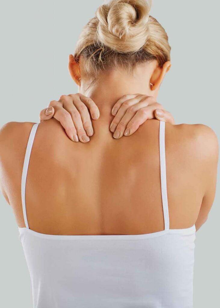 Frau umfasst Nacken mit beiden Händen