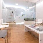 Wartezimmer Orthopädie Zsilinszky in Rosenheim mit Blick zum Empfangstresen