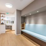 Hellblaue Wartebank vor Behandlungsraum Orthopäde Rosenheim
