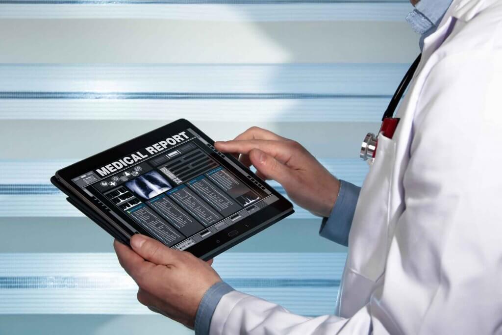 Hände von Arzt halten Diagnosebericht Orthopäde Rosenheim