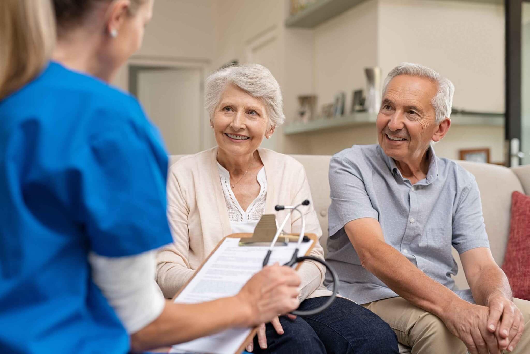 Älterer Mann und Frau lassen sich von Ärztin zur Zweitmeinung beraten